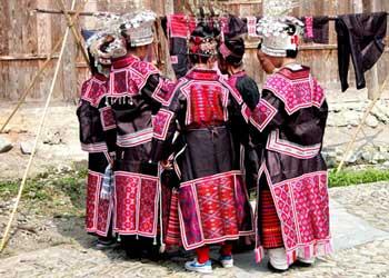 去贵州旅游泡剑河温泉看稿旁式苗族服饰